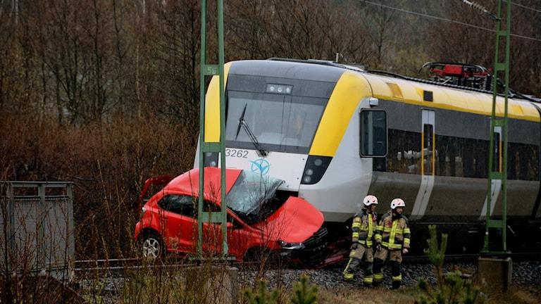 Kvaddad bil framför tåg