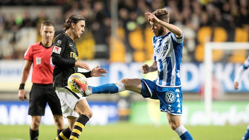 AIK:s Kristoffer Olsson och IFK:s Emil Salomonsson i kamp om bollen under torsdagens fotbollsmatch i allsvenskan mellan IFK Göteborg och AIK på Gamla Ullevi.