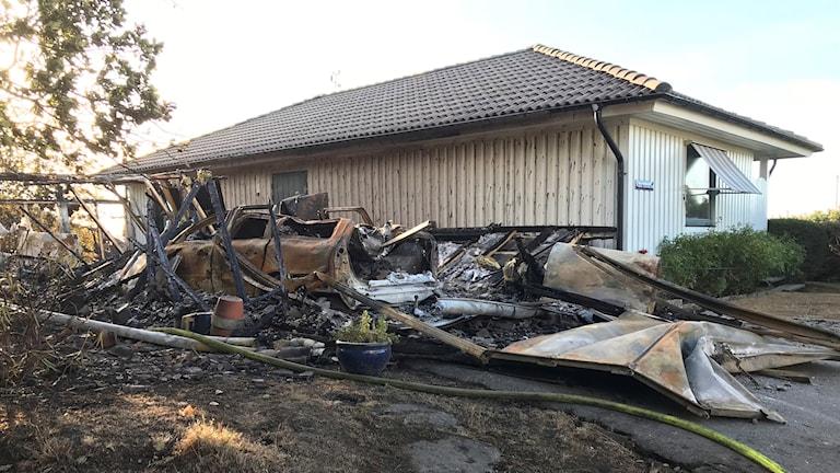 Huset kunde räddas men inte garaget.