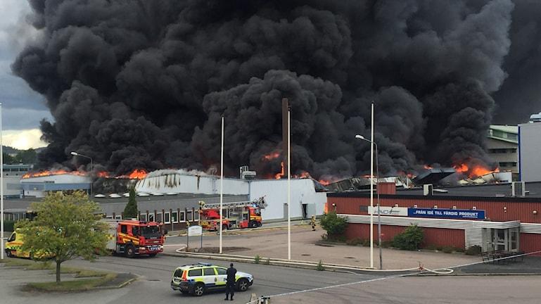 Kraftig brand och brandrök vid industrierna i Åby i Mölndal.