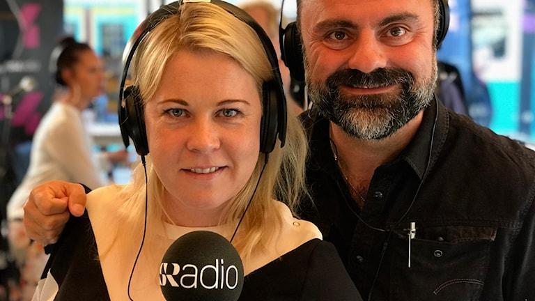 Linn Ohlsson och Teddy Paunkoski under P4 Göteborgs finalsändning av Världens barn 2017. Foto: Ehwa Lindströn/SR