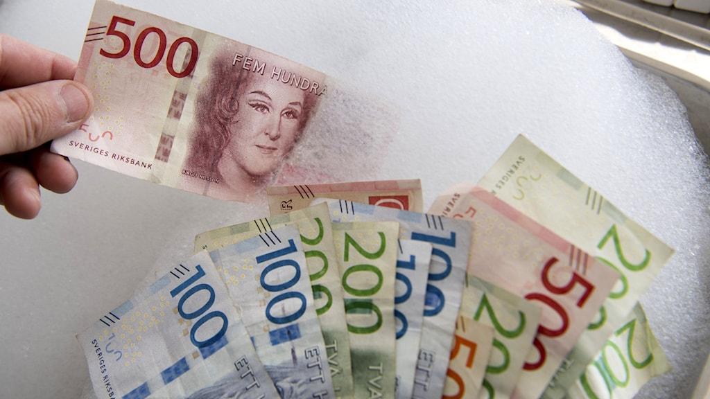 Pengar i ett handfat.
