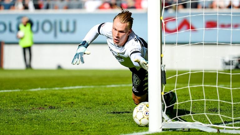 Blåvitts målvakt Pontus Dahlberg släpper in 1-0 målet.