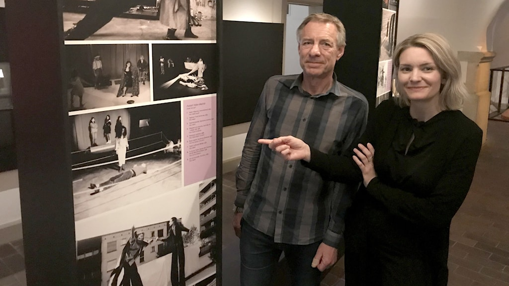 En man och en kvinna vid svartvita foton.