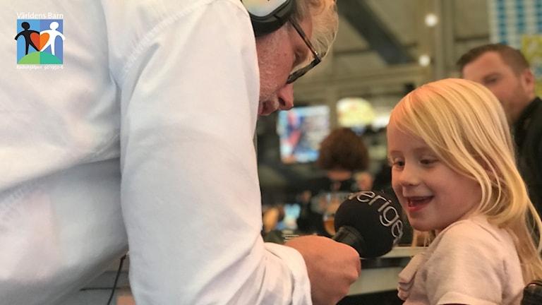 En liten flicka blir intervjuad