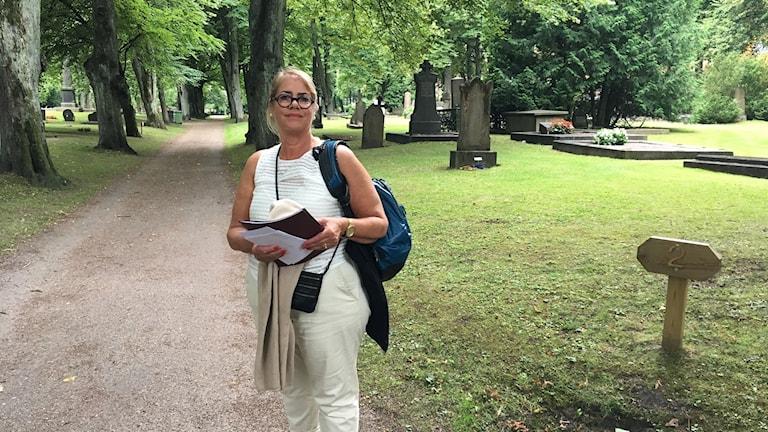 Marie Louise Nord står på Stampens kyrkogård