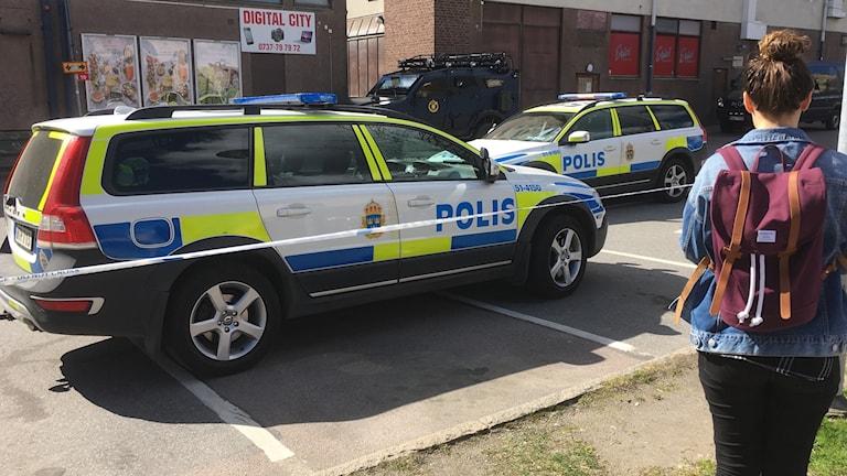 Polisbilar vid avspärrning.