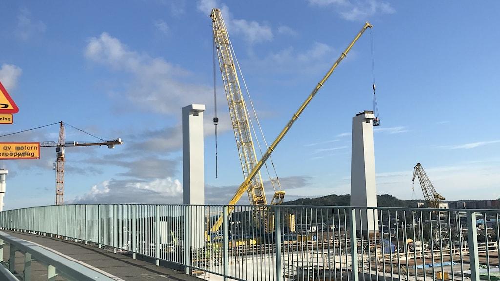 Två av pylonerna till nya Hisingsbron. Byggkranar i bakgrunden.