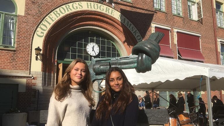 Samskoleeleverna Agnes och Chantelle framför världsberömda skulpturen med revolvern med knut på pipan.