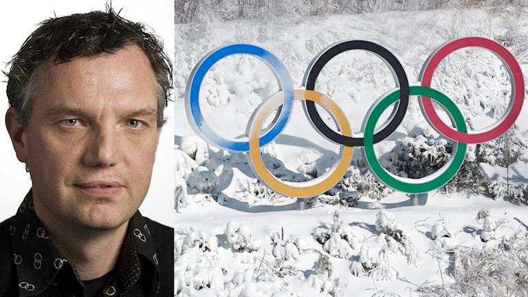 En man till vänster. Till höger OS-ringarna i ett snöigt landskap.