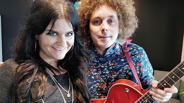 En tjej och en kille med en gitarr.