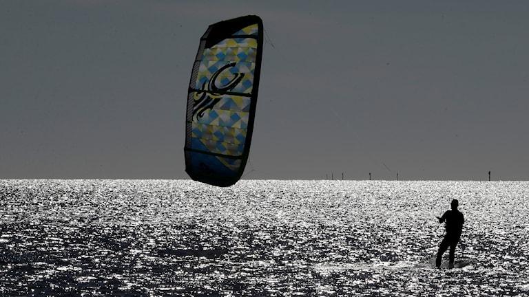 en kitesurfare