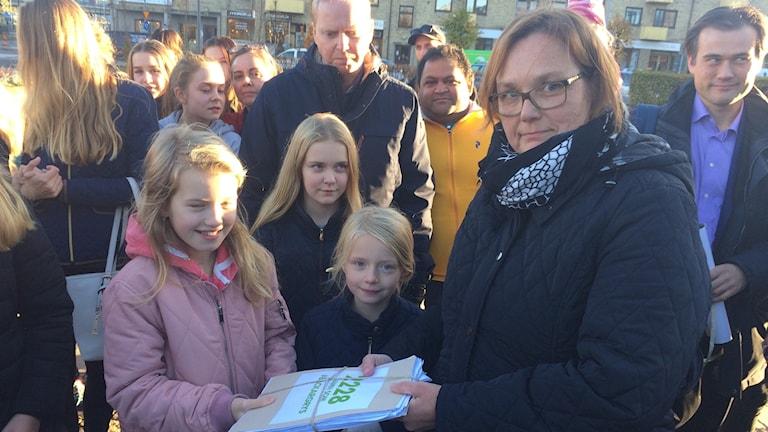 Alma Sultan lämnar över  2000 namnunderskrifter till Karin Vedlin som är ordförande i kultur och fritidsnämnden i Mölndal
