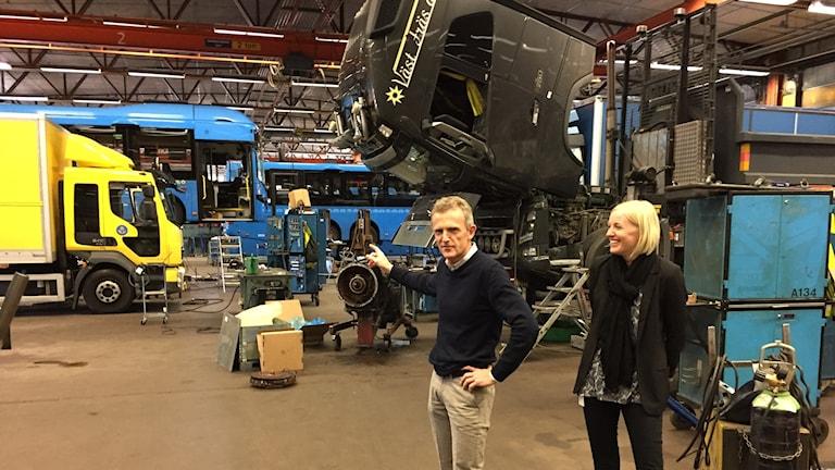 Henrik Wickman och Jenny Åsevi på Volvo truck center bland alla fordon som behöver lagas eller servas.