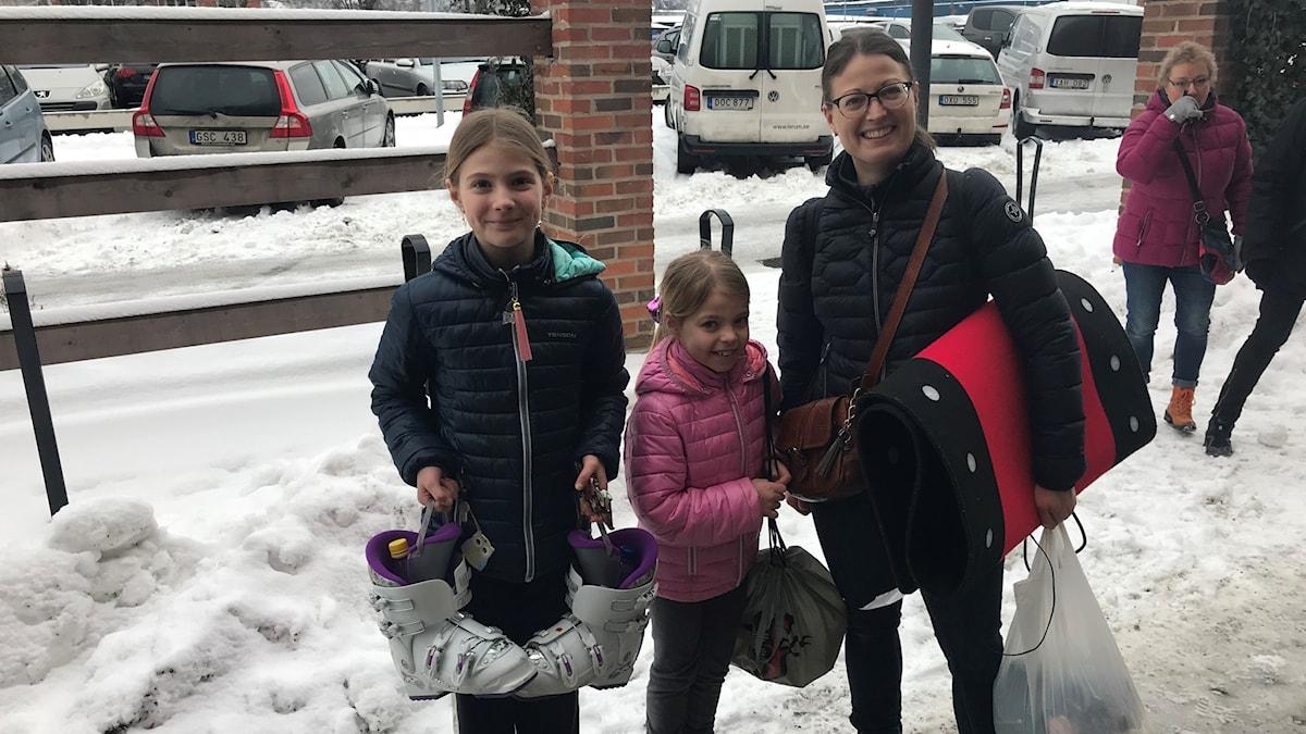 Tre kvinnor på gångväg