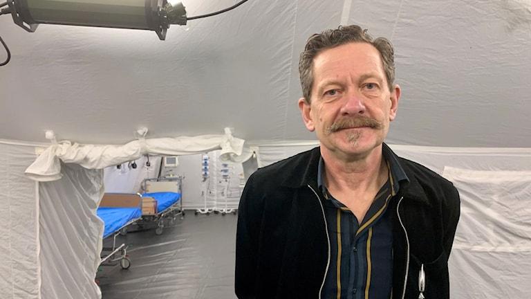 En man i ett fältsjukhus