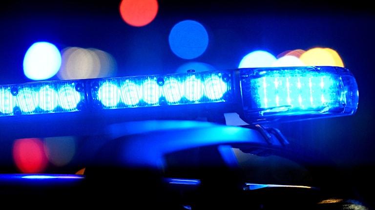 Tänt blåljus på en polisbil.