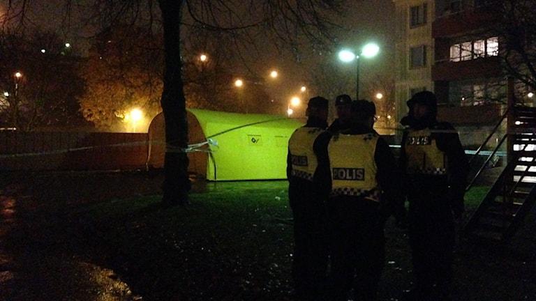 Polisen undersöker platsen i Tynnered där skjutningen inträffade.
