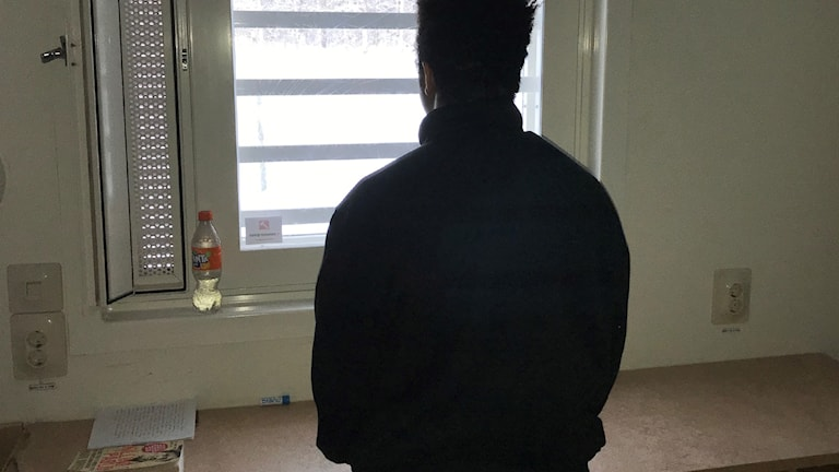 En man fotad bakifrån
