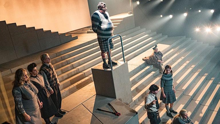 Skådespelare ur pjäsen Misantropen repeterar