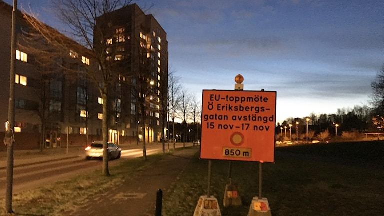 En orange varningsskylt vid vägen upplyser om att gatan ska stängas av 15-17 november på grund av EU-toppmötet.
