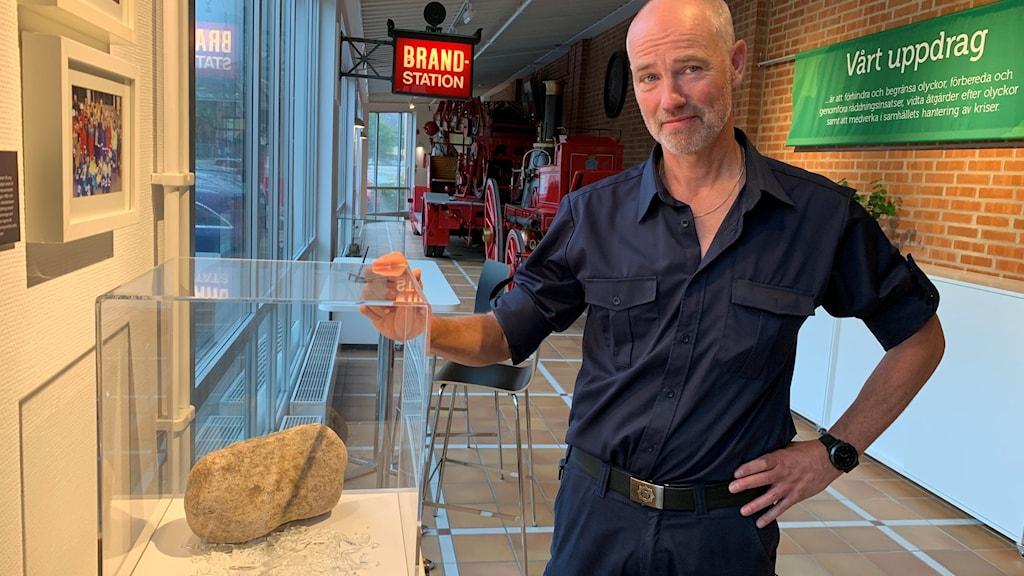 Per-Anders Lindfeldt från Räddningestjänsten i Göteborg står bredvid en sten som kastades in i en brandbil och skadade flera brandmän år 2009.