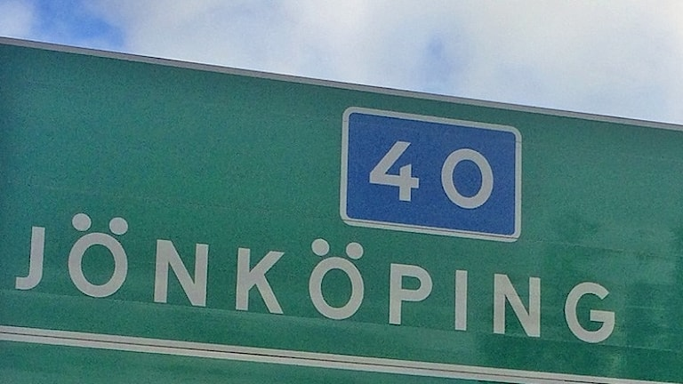 """En grön skylt med siffran 40 och texten """"Jönköping""""."""