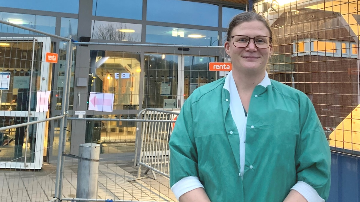 Sjuksköterska i grön tröja vid sjukhus. Ida Hagström