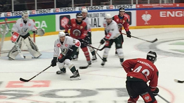 Både Frölundaspelare och Färjestadsspelare syns i bild. Närmar sig Färjestads mål.