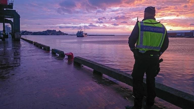 En kustbevakare spanar ut över havet