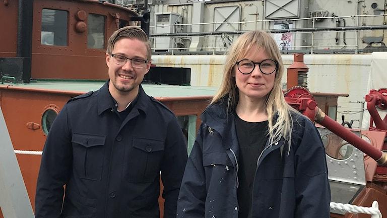 En man och en kvinna på en båt