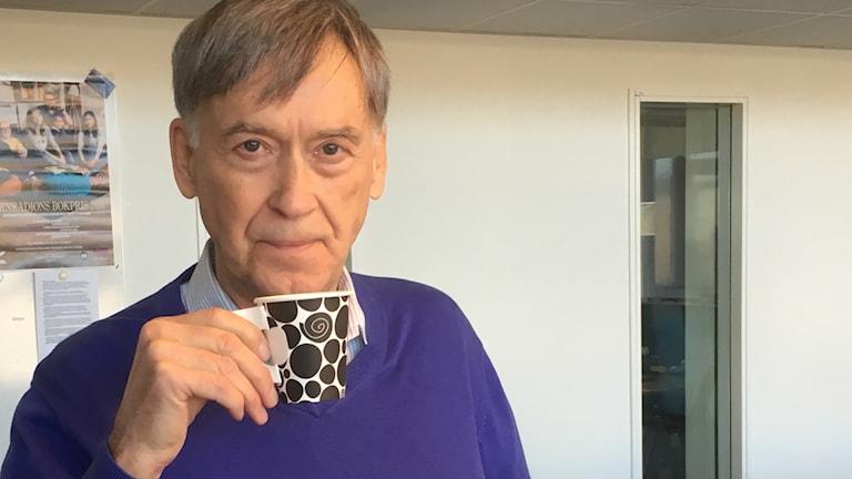 En man som dricker kaffe