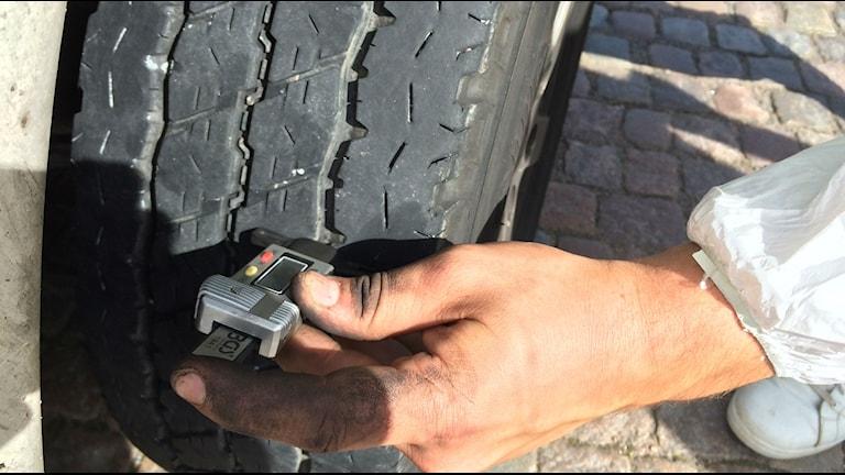 Mätning av däckdjup på bildäck