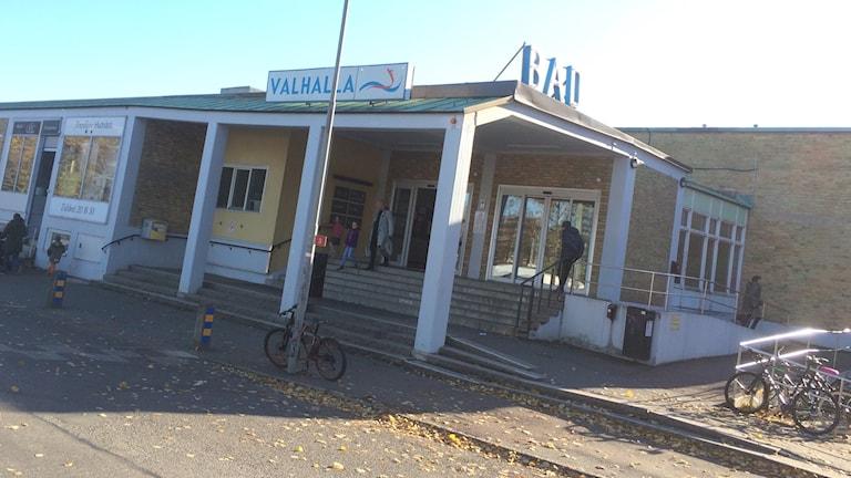 Valhallabadets entré vid Valhallagatan en solig höstdag.