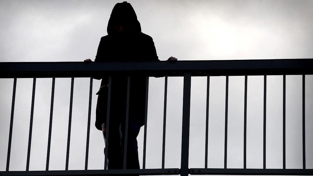 Siluett på människa på en bro