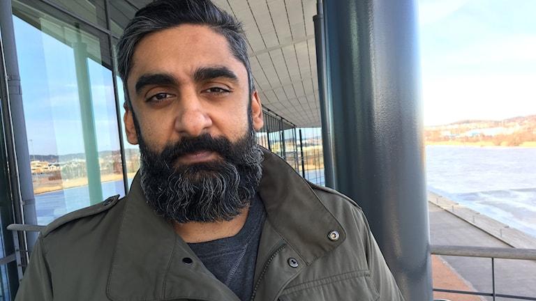 En man med mörkt skägg.