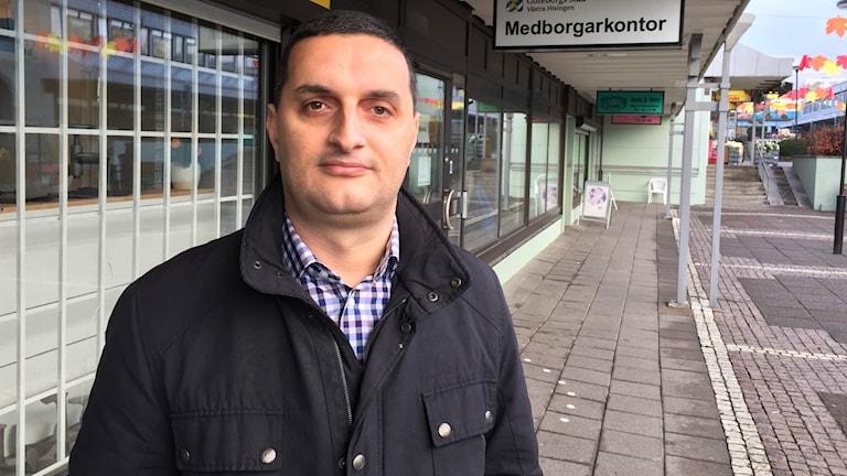 Jahja Zeqiraj ordförande i Sdn Västra Hisingen hoppas på positiva resultat av elevbussning till Torslanda. Foto: Josipa Kesic/Sveriges radio