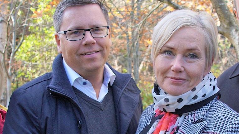 En man med glasögon och en kvinna med blont hår.