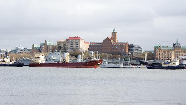Sternö bogseras av bogserbåt i Göteborg flaggad på Färöarna.