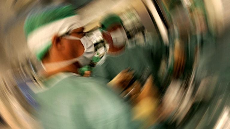 en bild på en operation där fotografen medvetet gjort bilden snurrig för att illustrera stress.