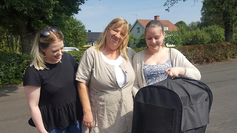 Anne Birgitta Andersson med döttrarna Annie och Malin.