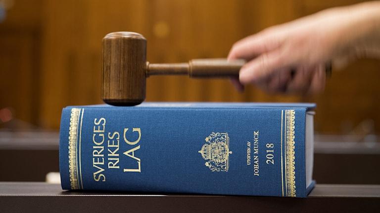 lagbok och domarklubba