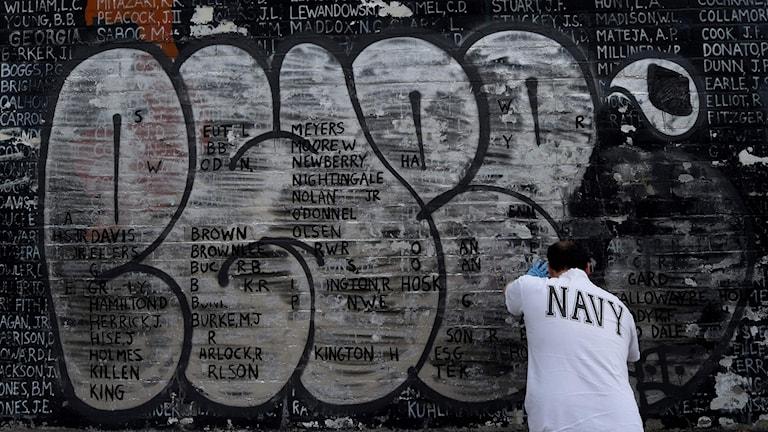 en vägg med graffitti