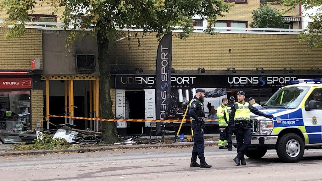 Poliser vid avspärrningar vid huset på Övre Husargatan i Göteborg dagen efter den stora explosionen.