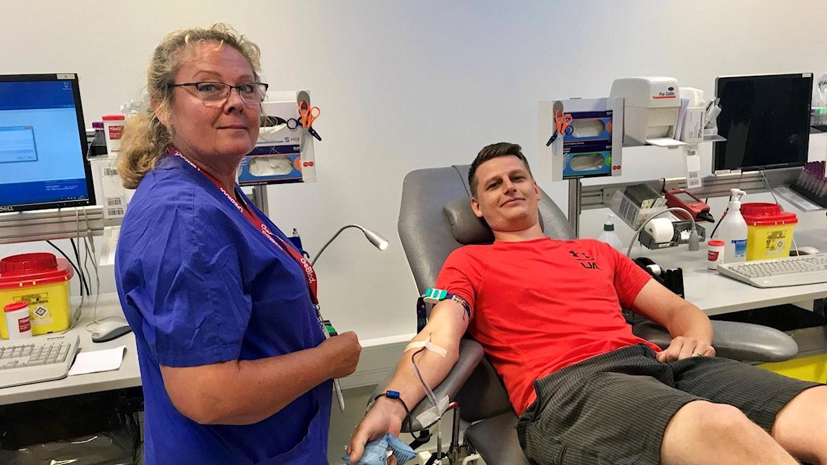Sjuksköterskan Marie Örjes Berntsson och Richard Christofferson som lämnar blod.