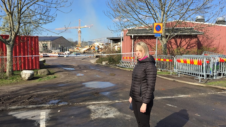 Hemkunskapsläraren Hanna Andersson nära ruinerna till sin gamla hemkunskapssal