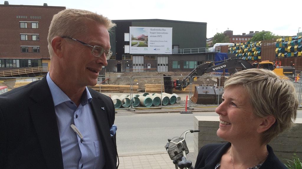 Mats Berg och Cathrine Gerle framför platsen som byggetapp två ska starta och tittar leende på varandra..