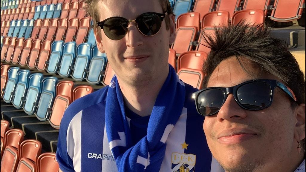 två killar på fotbollsmatch i ett tomt Ullevi