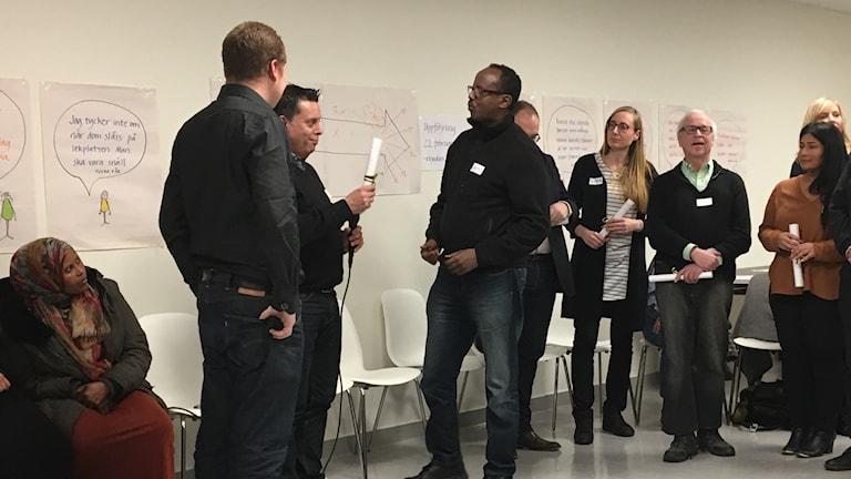 Stadsdelsdirektör och politiker tar emot förslag om förändring från deltagarna i dialoggruppen. Foto: Josipa Kesic/Sveriges radio