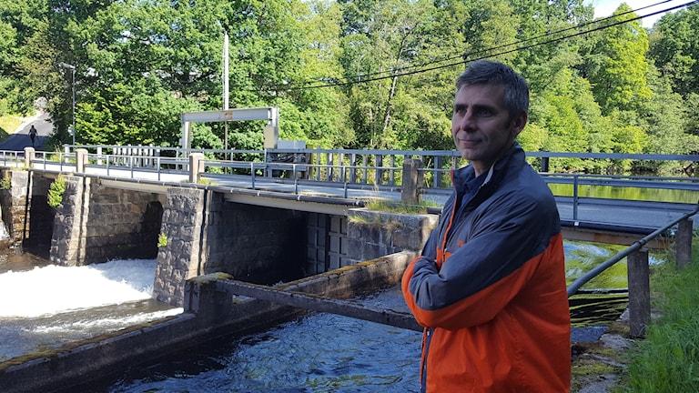 Magnus Fritsch vid Hillefors vattenkraftverk.
